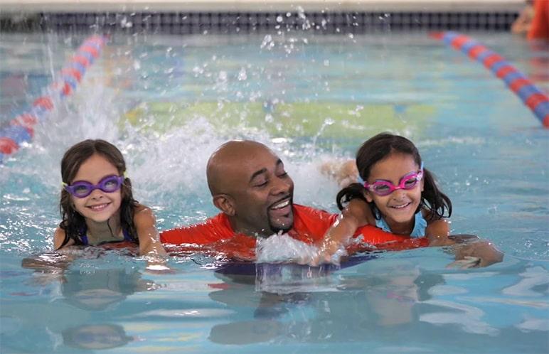 Istruttore in acqua con due allieve