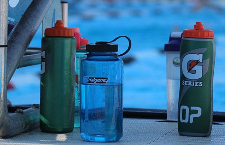 Delle borracce per idratare nuotatori a bordo vasca