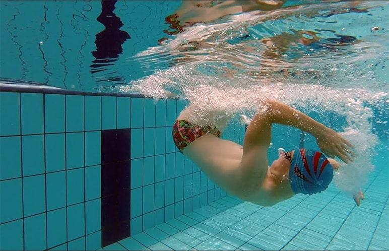 Giovane atleta intento ad effettuare virata a stile libero