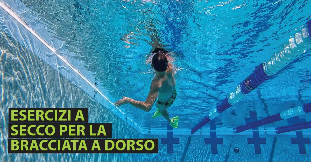 Ripresa sub di atleta che nuota a dorso