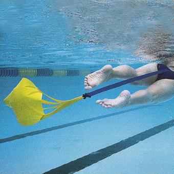 Paracadute per il nuoto frenato