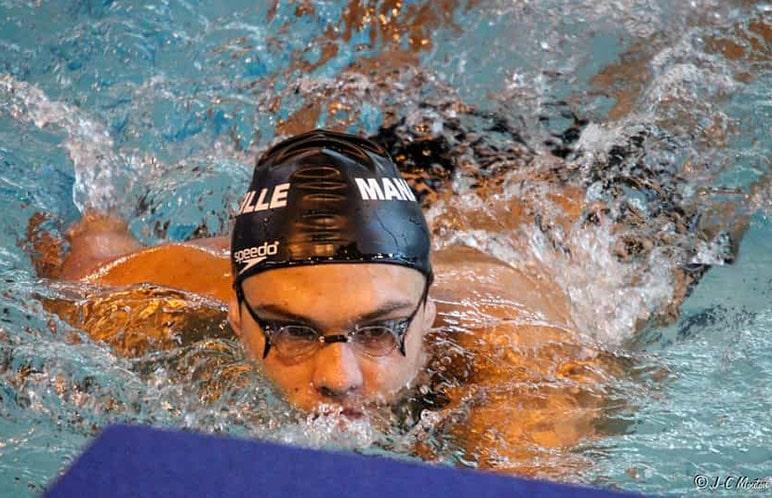 Nuotatore in fase di arrivo in allenamento dopo aver assunto creatina
