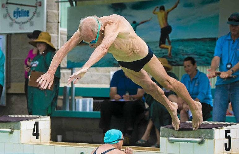 Nuotatore master molto anziano in fase di partenza